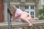 Аманда Сейфрид оконфузилась, попав в объективы фотографов без нижнего белья (37 ФОТО)