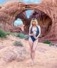 Сара Андервуд разделась на фоне природы