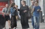 Мать с заботой поправляет куртку дочке Лизе Арзамасовой