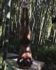51-летняя Холли Берри стоит на голове с голой грудью
