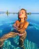 Рита Ора сплевывает в бассейне