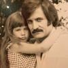 Тогда и сейчас: Дженнифер Энистон выложила не публиковавшееся ранее фото с отцом