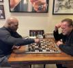 Майк Тайсон и Арнольд Шварценеггер играют в шахматы