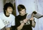 Виктор Цой и Борис Гребенщиков читают западный рок-журнал. 1986 год