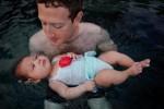 Марк Цукерберг учит свою полуторамесячную дочь плавать