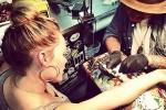 Хилари Дафф делает тату на руке