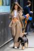 Эмили Ратаковски выгуляла своего пса, не надев нижнего белья