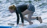 Американская актриса Эмма Стоун постигает азы сёрфинга