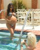 Беременная Ким Кардашян купается в бассейне