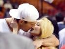 Владимир Кличко и Хайден Панеттьери целуются на баскетбольном матче