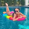Яна Кошкина плавает в бассейне с голой грудью