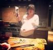 Беременная Милла Йовович веселится во время готовки