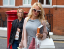 Памела Андерсон без нижнего белья направляется в гости к скрывающемуся в посольстве Эквадора Джулиану Ассанжу