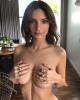 Эмили Ратаковски в очередной раз снялась с голой грудью
