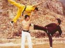 Ретрофото. Боло Енг дерется с Брюсом Ли. В качестве оружия — Джеки Чан. 1973 год