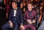 Криштиану Роналду обнимает Лионеля Месси на церемонии вручения премии «Золотой мяч»