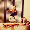 Анна Семенович помогает Екатерине Варнаве принимать ванну из шампанского