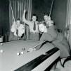 Ретрофото. Софи Лорен играет в бильярд с американскими солдатами. 1954 год