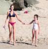 Стефани Сеймур отдыхает с дочерью на пляже