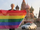 Тильда Суинтон с флагом сексуальных меньшинств на Красной площади