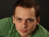 Алексей Янин стал реагировать на речь близких