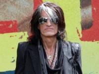 Гитарист Aerosmith Джо Перри упал в обморок на концерте
