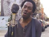 Чернокожий уличный музыкант исполнил песню «Гражданской обороны» (ВИДЕО)