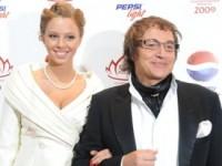 Дибров счел неуместной критику в адрес его жены