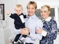 Рудковская и Плющенко зарабатывают на сыне