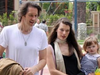 Милла Йовович с мужем и старшей дочерью
