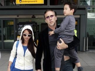 Николас Кейдж с женой Элис Ким и сыном