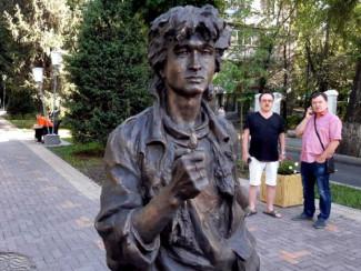 Памятник Виктору Цою в Алма-Ате