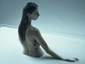 Самая красивая армянка Голливуда голой искупалась в молоке (12 ФОТО)