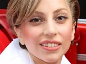 Леди ГаГа показала своё лицо без эпатажного макияжа и грудь в растяжках (19 ФОТО)