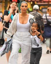 Ким Кардашьян заявилась в Диснейленд с дочерью без нижнего белья