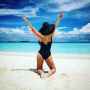 Анна Семенович демонстрирует свою похудевшую попу на Мальдивах