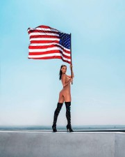 Алессандра Амбросио: голая и с американским флагом
