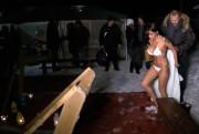 Порнозвезда Елена Беркова окунается в прорубь на Крещение