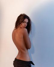 Эмили Ратаковски взорвала интернет свежими снимками топлесс