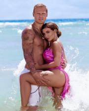 Анна Седокова снова выложила эротический снимок с молодым мужем