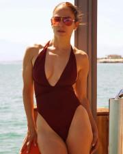 50-летняя Дженнифер Лопес вновь похвасталась идеальным телом
