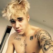 Новоиспеченный платиновый блондин Джастин Бибер привыкает к новому имиджу