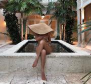 Кайли Дженнер порадовала откровенным фото. На одежде из девушки только шляпа!
