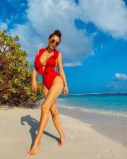 42-летняя Ани Лорак похвасталась фигурой в купальнике