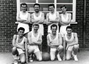 Мик Джаггер на уроке физкультуры (первый справа в верхнем ряду), 1960 год