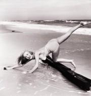 Ретрофото. Юная Мэрилин Монро занимается акробатикой на пляже