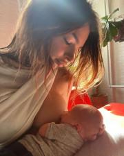 Эмили Ратаковски родила и показала, как кормит малыша