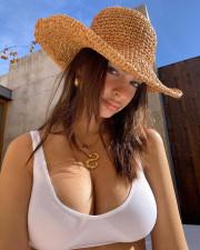 Беременная Эмили Ратаковски похвасталась тем, как увеличилась ее грудь
