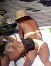Майли Сайрус загорает топлесс на попе своей подруги