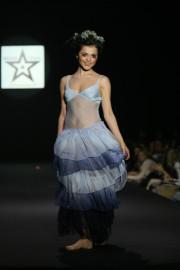 Сати Казанова оголила грудь на модном показе